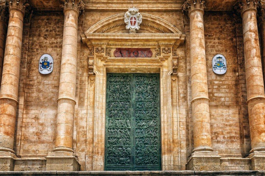 Detalle de la puerta metálica de la Catedral de Noto, Sicilia